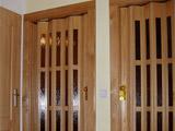 Dřevěné shrnovací dveře v dřevěných zárubních
