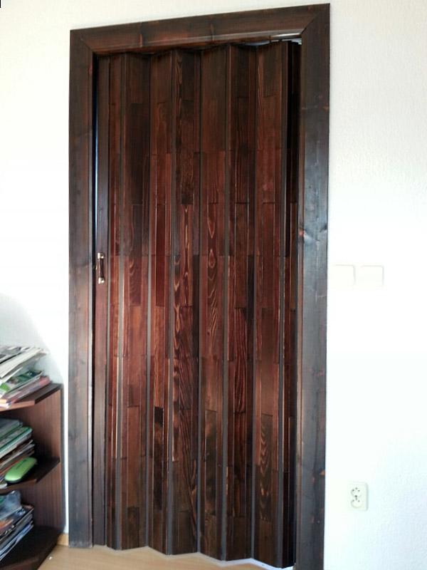 Shrnovací dveře dřevěné, plné, hnědé (obložení je původní)