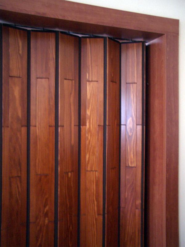 Shrnovací dveře dřevěné, plné, zlatohnědé + obložení lamino.