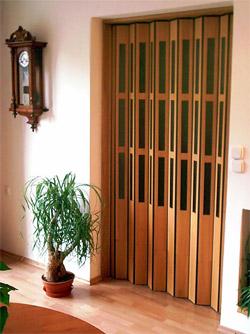 Dřevěné shrnovací dveře - ukázka z interiéru