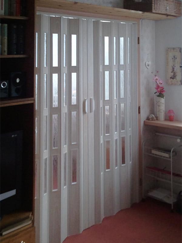 Shrnovací dveře plastové dvoudílné prosklené, bílé