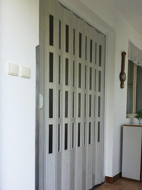 Shrnovací dveře plastové prosklené, potisk šedý
